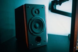 difference between active powered and passive speakers